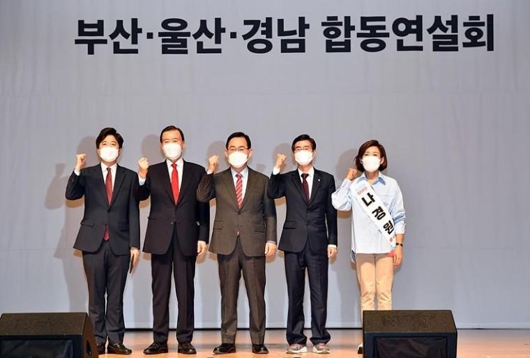 지난 2일, 국민의힘 부산·울산·경남 합동연설회에 앞서 기념촬영 갖는 (사진 왼쪽부터) 이준석·홍문표·주호영·조경태·나경원 후보 ⓒ뉴시스