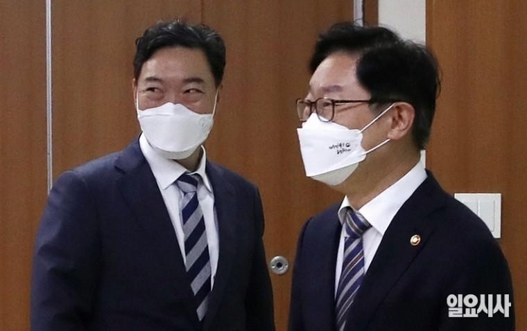 박범계 법무부 장관(사진 오른쪽)과 김오수 검찰총장 ⓒ박성원 기자