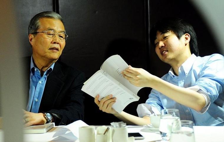 지난 2012년 3월14일, 한 출판회 모임에 참석해 대화 나누는 김종인 전 미래통합당(국민의힘 전신) 비상대책위원장(사진 왼쪽)과 이준석 전 새누리당(국민의힘 전신) 비대위원 ⓒ뉴시스
