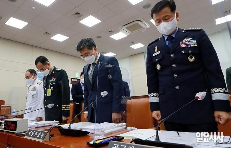 '공군 부사관 사망 사건'과 관련해 지난 4일, 국회 국방위원회 전체회의에 출석해 고개 숙인 서욱 국방부 장관 ⓒ고성준 기자