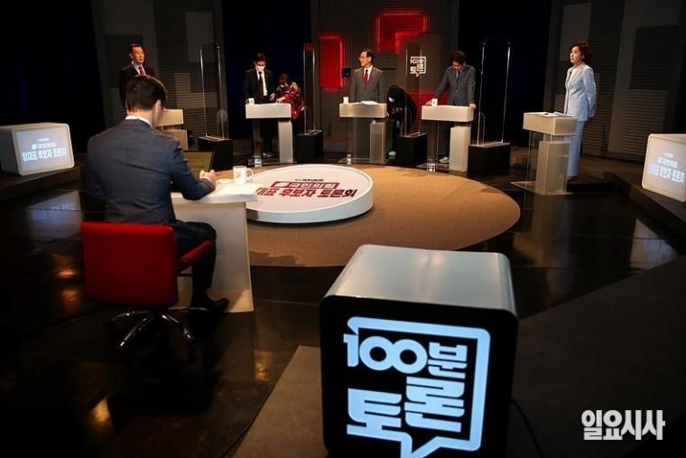 국민의힘 당대표 후보들이 지난달 31일 밤, 서울 상암 MBC스튜디오에서 열린 <100분 토론회>에 참석해 토론회 준비를 하고 있다. 왼쪽부터 홍문표, 조경태, 주호영, 이준석, 나경원 후보 ⓒ고성준 기자